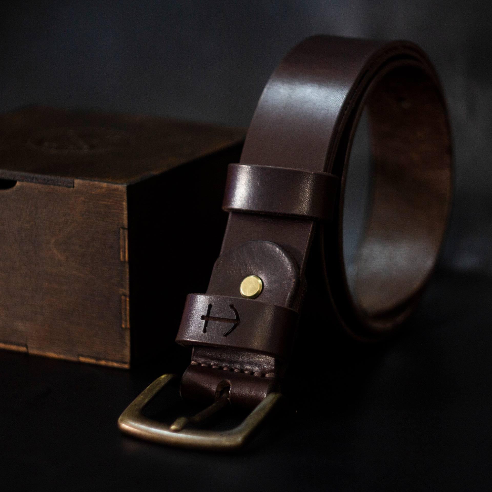 Кожаный коричневый мужской ремень с гравировкой. Подарок мужчине, моряку.